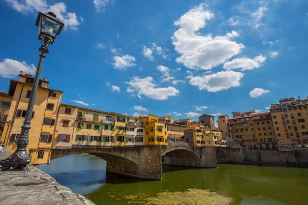 Widok ponte vecchio w florencja, tuscany, włochy (firenze).