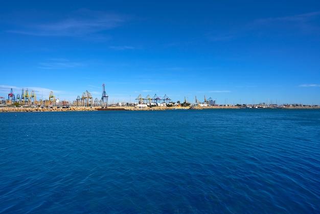 Widok portu w walencji z plaży pinedo w hiszpanii