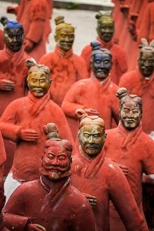 Widok posągów replik znajdujących się w parku buddy eden, bombarral, portugalia