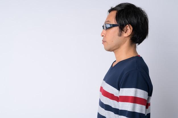 Widok profilu japończyka na białym tle