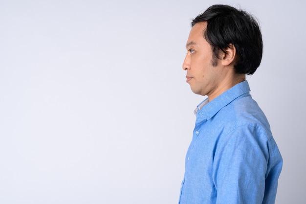 Widok profilu japońskiego biznesmena na białym tle