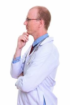 Widok profilu lekarza mężczyzna myśli na białym tle