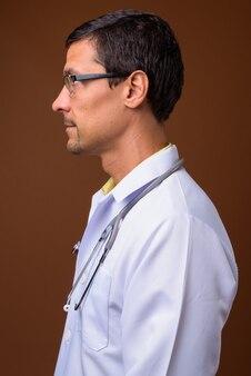 Widok profilu lekarza przystojny mężczyzna na brązowym