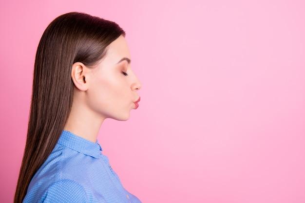 Widok profilu niesamowitej pani wysyłającej pocałunek w powietrze w przestrzeni kopii, zalotny nastrój