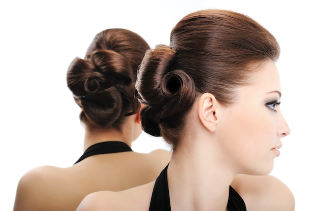 Widok profilu piękna kręcone fryzury - na białym tle
