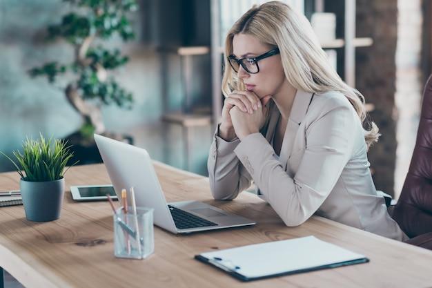 Widok profilu pięknej kobiety biznesu myśleć wygląd ekranu komputera