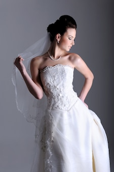 Widok profilu pięknej narzeczonej ubrana w białą sukienkę