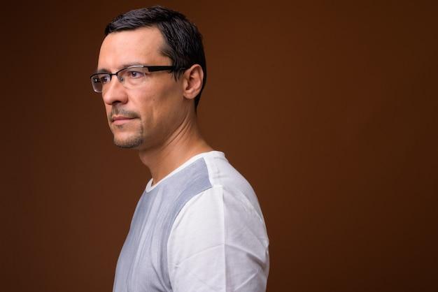 Widok profilu portret przystojny mężczyzna na brązowym