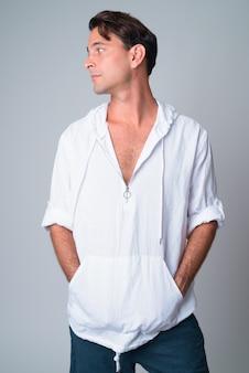 Widok profilu przystojny mężczyzna hiszpanie patrząc przez ramię