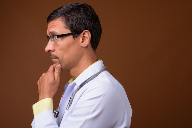 Widok profilu przystojny mężczyzna myśli lekarza