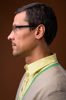 Widok profilu przystojny mężczyzna na brązowo