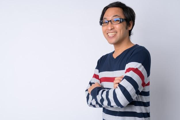 Widok profilu szczęśliwego japończyka uśmiechniętego z rękami skrzyżowanymi