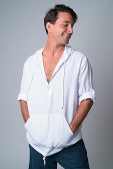 Widok profilu szczęśliwy przystojny mężczyzna hiszpanie patrząc przez ramię