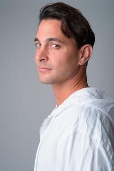 Widok profilu zbliżenie przystojny mężczyzna hiszpanie patrząc na kamery