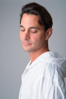 Widok profilu zbliżenie przystojny mężczyzna hiszpanie patrząc w dół