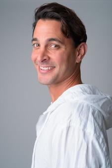 Widok profilu zbliżenie szczęśliwy przystojny mężczyzna hiszpanie patrząc na kamery