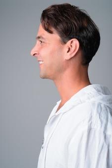 Widok profilu zbliżenie szczęśliwy przystojny mężczyzna hiszpanie z uśmiechem