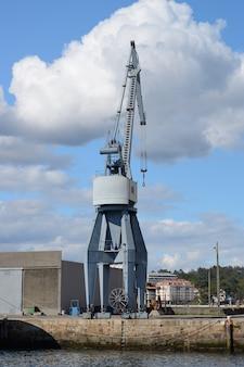 Widok przemysłowego dźwigu portowego w porcie