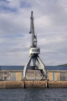 Widok przemysłowych dźwigów portowych w porcie morskim