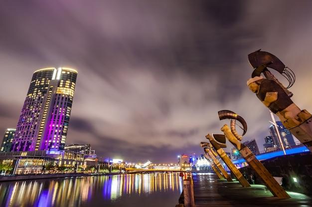 Widok przez rzekę yarra w landmark melbourne śródmieścia podczas miasta ni
