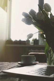 Widok pulpitu z kawą i laptopem