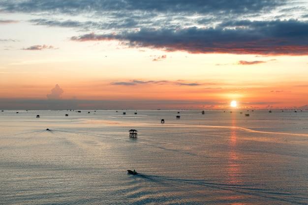 Widok punkt przy wschodem słońca piękny morze z drewnianymi domami przy bang tabun zatoką