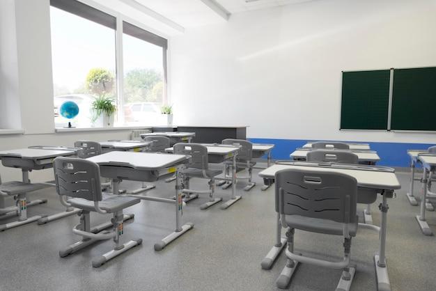 Widok pustej klasy pod dużym kątem