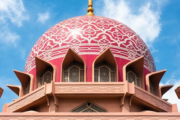 Widok putra meczet (masjid putra) w putrajaya, malezja