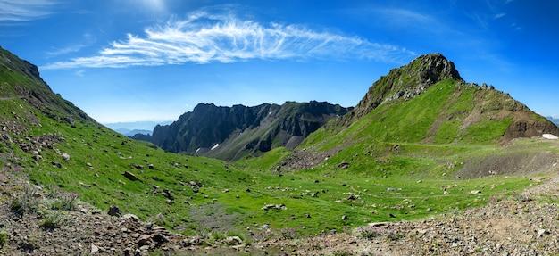 Widok pyrenees góry z chmurnym niebieskim niebem
