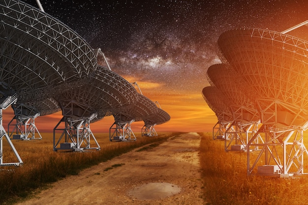 Widok radioteleskopu w nocy