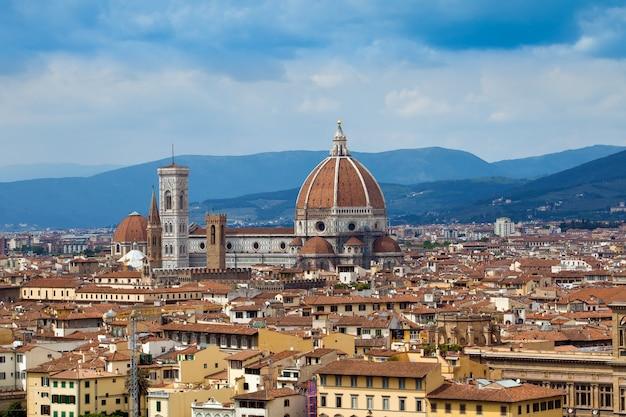 Widok renesansowej katedry z piazzale michelangelo w mieście firenze we włoszech
