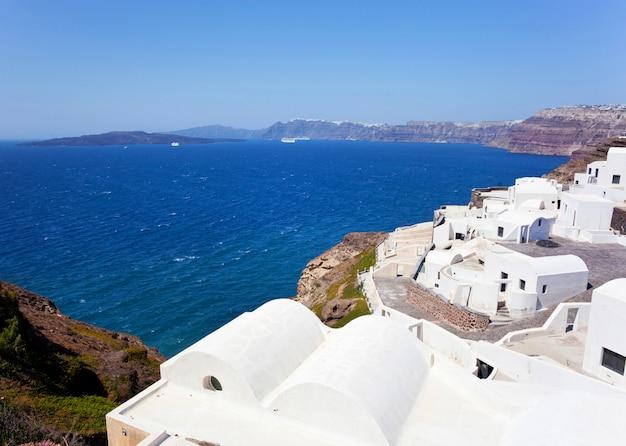 Widok rodzajowej wioski na wyspie santorini