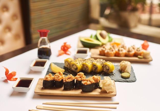 Widok rolki sushi zwieńczonej posiekanymi paluszkami z owoców morza.
