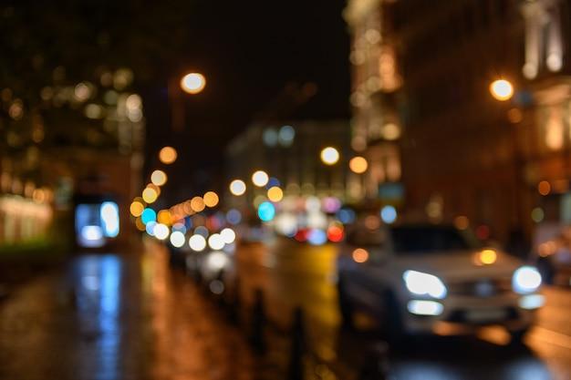 Widok ruch drogowy w miasto ulicy bokeh zamazanym tle, noc