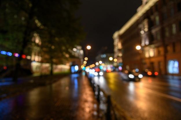 Widok ruchu na ulicy miasta, głąbik nocy, blured bokeh tła