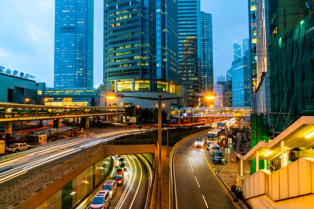 Widok ruchu z budynkami biurowymi i handlowymi w centralnej części hongkongu.