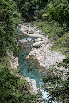 Widok rzeka przy taroko parka narodowego krajobraz w hualien, taiwan.