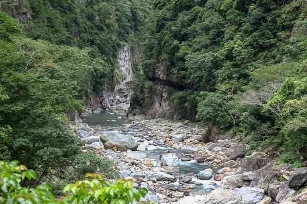 Widok rzeki na taroko krajobraz parku narodowego w hualien, tajwan.