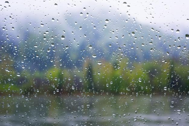 Widok rzeki przez okno w deszczowy dzień