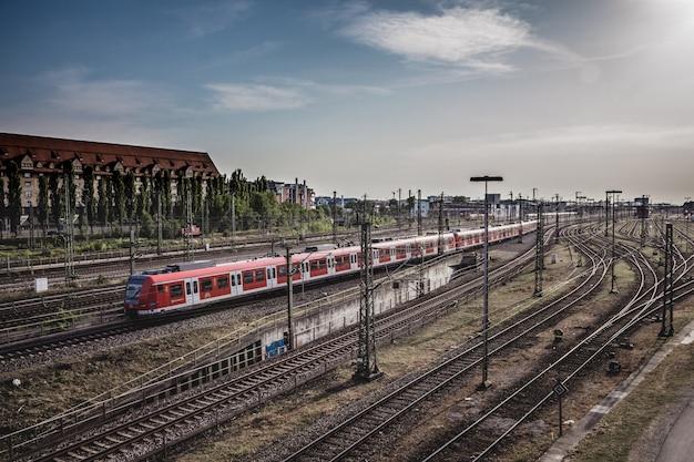 Widok s-bahn, stacja transportu publicznego w monachium, niemcy