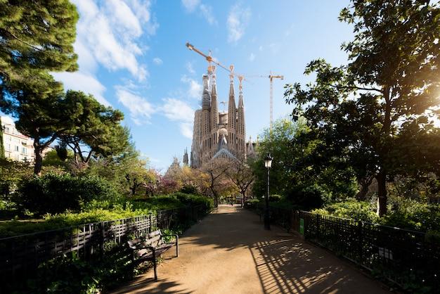 Widok sagrada familia, duży kościół rzymskokatolicki w barcelonie, hiszpania.