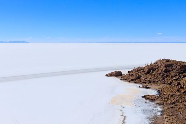 Widok salar de uyuni z wyspy incahuasi w boliwii