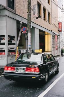 Widok samochodu na ulicy miasta z tyłu