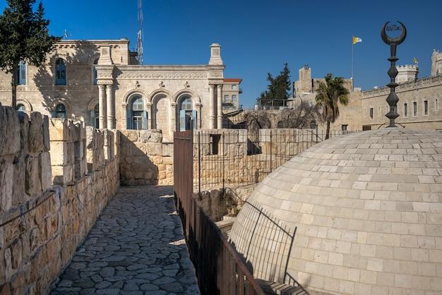 Widok ścienny deptak otacza starego miasto przy damascus bramą, jerozolima, izrael