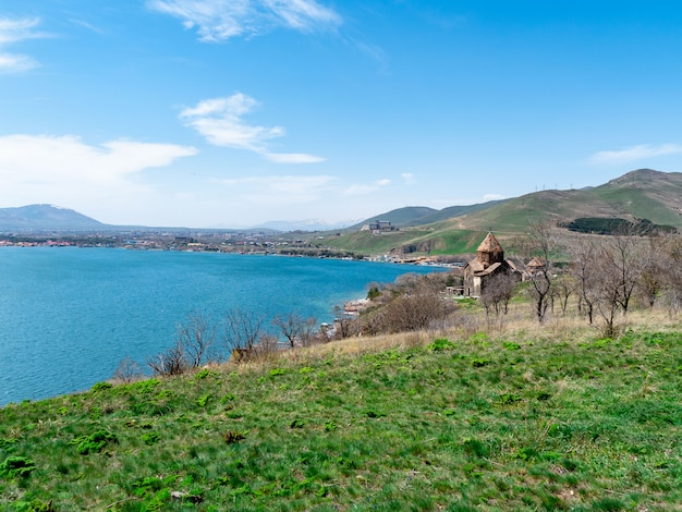 Widok sevanavank kościół w sevan, armenia na pogodnym wiosna dniu