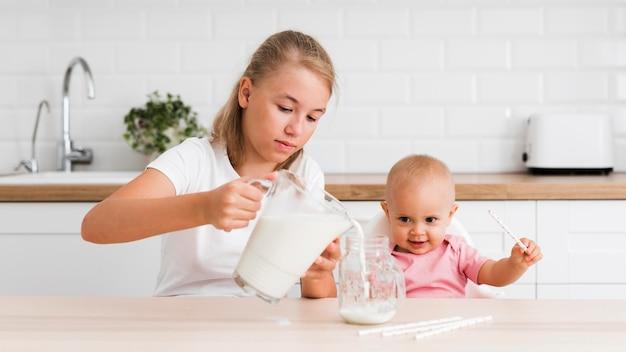 Widok sióstr w kuchni z przodu