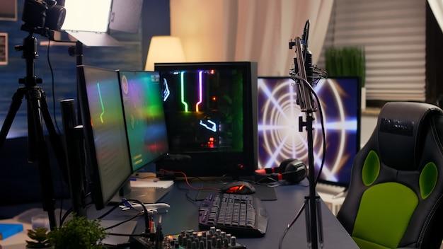 Widok slajdów domowego studia streamingowego wyposażonego w profesjonalny sprzęt podczas zawodów e-sportowych