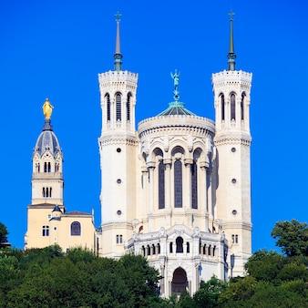 Widok słynnej bazyliki notre dame de fourviere, lyon, francja