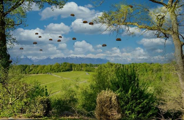 Widok spadochroniarzy wojskowych w powietrzu