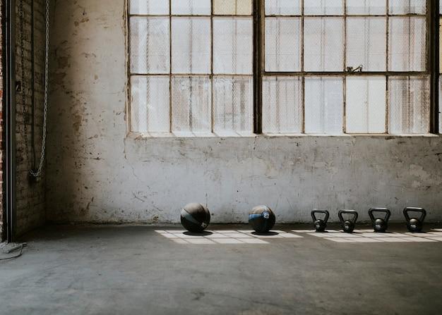 Widok sprzętu fitness z okien sali gimnastycznej